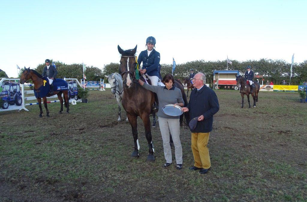 Gesamtsieger Holsteiner Schaufenster Züchterpreis ist Angela Jansen – Züchterin von Cadeau du Ciel – Reiter Jakob Kock-Evers