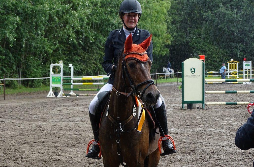 Vivien Beil und Anne Sophie Wenzel sind die Etappensieger der 3. Qualifikation Holsteiner Schaufenster Jugendförderung beim 3. HS-Challenge Springturnier am 25. + 26. August in Kirchhorst