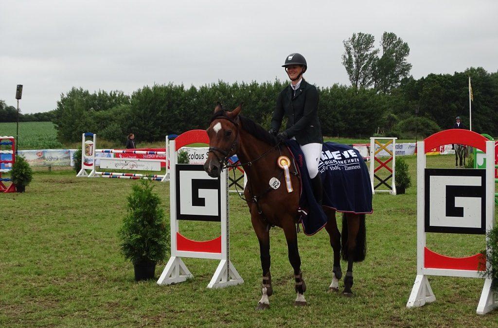 Billie Jean – Holsteiner Stute von Züchter Hans-Jürgen Herzog sen. – war wie im Vorjahr bestes Holsteiner Pferd bei der 3. Qualifikation Holsteiner Schaufenster Züchterpreis am 14. Juli beim Reitturnier in Süderbrarup