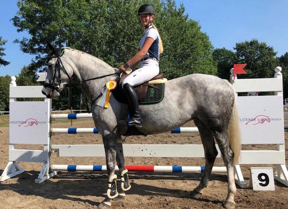 Nane Clausen nach Sieg in der Final-Qualifikation auch Gesamtsiegerin Holsteiner Schaufenster Jugendförderung 2019 und Laura Manukian wird Gesamtsiegerin Holsteiner Schaufenster Pony-Jugendförderung 2019