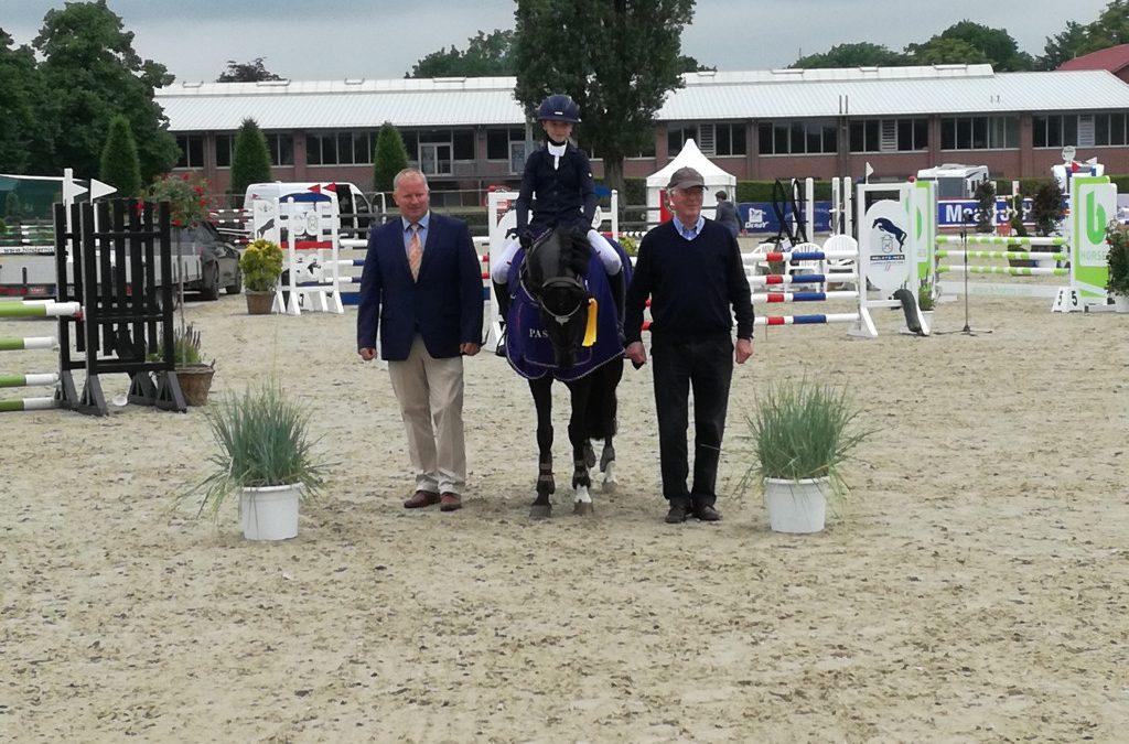 Maja Krempien gewinnt mit Dirano HS-PJF Pony-Stilspringen Kl. A bei den Holsteiner Pferdetagen Elmshorn